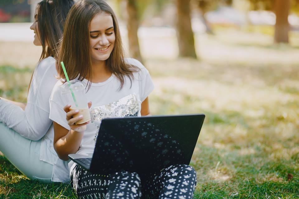 Deux jeunes femmes travaillant sur des ordinateurs portables